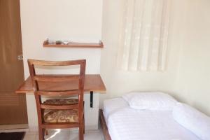 spring bed, meja kayu, lemari kayu