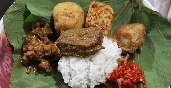 makanan-khas-cirebon-nasi-jamblang