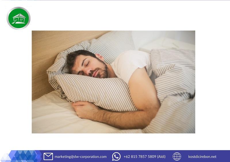 pria-tidur-kamar-kost